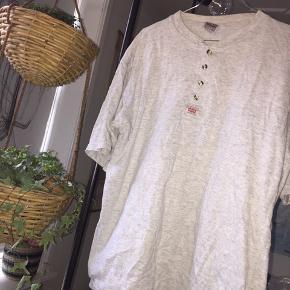 Levis t-shirt.  Jeg har brugt den oversize over en langærmet trøje.   #30dayssellout