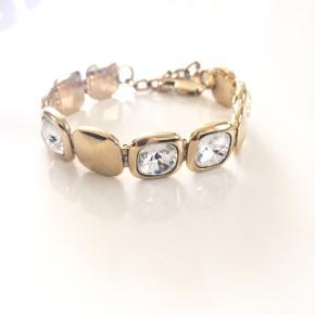 Smukt Dyrberg/Kern armbånd i guld med flotte store slebne krystalsten samt regulerbar længde. Mindre brugstegn. Nypris 1000 kr. Mp 450 kr.