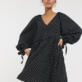 Fin prikket kjole fra ASOS, købt i foråret, brugt få gange. Rigtig pæn stand, men kunne godt bruge en hurtig syning ved halsen, da et par tråde er gået løs (se sidste billede).