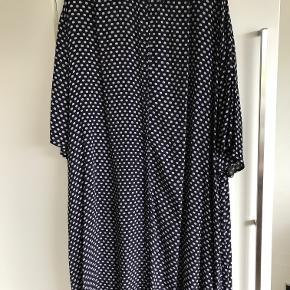 Nue Notes oversize kjole kun brugt få gange så fremstår uden nogen form for slid osv. kjolen har knapper og kan også bruges som en kimono - der er også lommer i.  100 % viscose  Længde ca. foran 100 cm bagpå ca. 111 Brystmål ca. 75 cm x 2 hele vejen rundt BYTTER IKKE