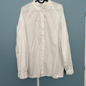 Fin oversize skjorte fra MSCH. Str m/l. Brugt en håndfuld gange