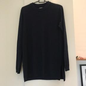 Mørkeblå Samsøe bluse med glimmer og et lille slids i siden