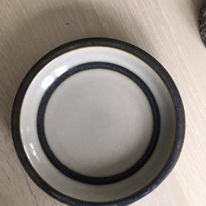 2 stk flade tallerkerne 24 cm nr 325, og 1 dyb tallerken nr 322, og sukker skål nr 302, og en smørbox nr 582. Pris 250kr