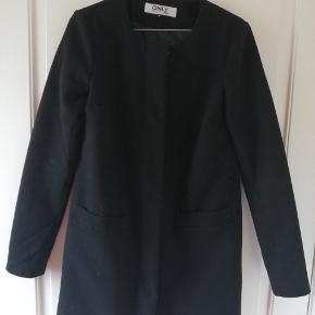 Fin sort frakke. Købt af sælger herinde, dog aldrig brugt af mig selv. Ingen tegn på slitage, i fin stand.  Tager ikke billede af tøjet på. 🌺