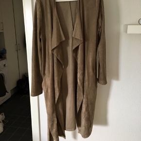 Neo noir cardigan/jakke i ruskindlign kvalitet. Brugt få gange. Ny pris 799,-.