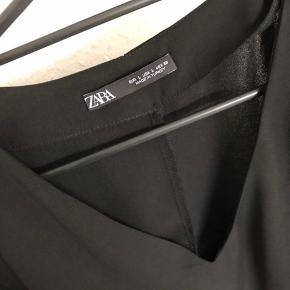Flot kjole fra ZARA. Mærket faldt af, da jeg prøvede den, så jeg blev nødt til at beholde den. Den er aldrig brugt. Str. L, men lille i størrelsen. Jeg sender gerne.