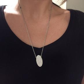 Smuk klassisk halskæde fra Dyrberg/kern Nypris 749kr Sælges for 150kr plus porto