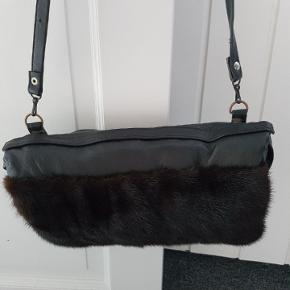 Retro taske med pels.  Tasken kan også fungere som en muffedisse.   Har et stort rum samt et lille rum med lynlås.  Byd 😊  Køber betaler porto.
