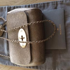 Meget smuk taske fra Mulberry. Modellen: Mulberry small Lilly metallic mushroom Max brugt 3 gange- ingen pletter og virkelig smukt skind  Målene b. 20 H 16 D 8    Kvittering og dustbag haves