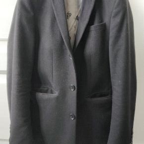 Super fed frakke fra Noose&Monkey, et mindre voksende mærke som laver jakkesæt og tilbehør i høj kvalitet.   Den er slim-fit og har en lækker pasform om det til hverdag eller til begivenheder.   Ny pris 1500,-  Kan sendes eller ses/købes i Hillerød Se gerne andre annoncer