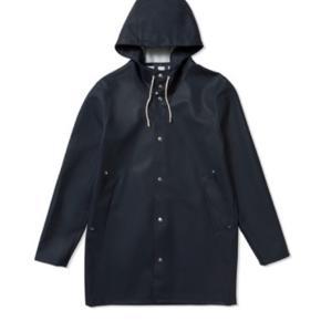 Brugt Stutterheim regnjakke. Den har nogle lyse streger/misfarvninger på jakken, som dog ikke gør den mindre brugbar. Jeg kan sende billeder.  Sælges billigt grundet dette.  Ved ikke om det er en herre eller damemodel. Men den er ikke faconsyet, så passer vel de fleste kroppe.
