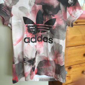I rigtig god stand - sød ADIDAS T-shirt . Sender gerne for egen regning