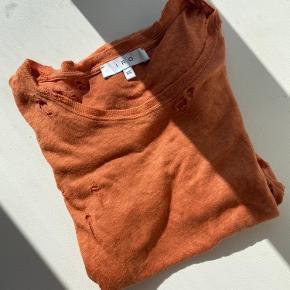 """T-shirt med super smuk pasform og en unik """"burned"""" orange farve fra IRO  Str XS, men kan passes op til str M"""
