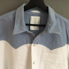Hvid skjorte med denim detaljer