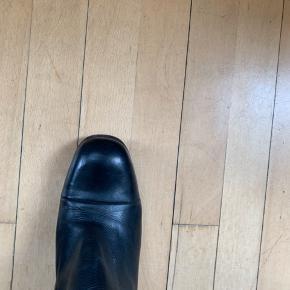 Eksklusive Italienske designer støvler fra Scarpa i Kbh K.   Er brugt lidt, men fremstår pæne og uden ridser eller skrammer i læderet.  Hælhøjde 7 cm  Længde fra hæl og op ca 40 cm  Måler 37 cm i omkreds (øverst)   Nypris 3700,-  Sælges for 550,- (mindstepris!)  Bytter ikke  Køber betaler selv evt forsendelse