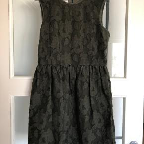 Jeg sælger denne kjole med broderet blomster. Den er aldrig brugt og fremstår som ny. Jeg kan ikke se størrelsen, men den svarer til en str. S/M.