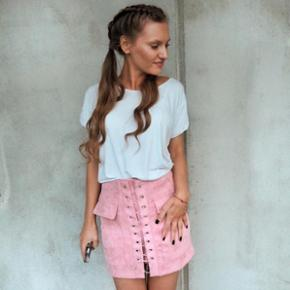 Pink suede skirt, worn only for the photo :). Size Small
