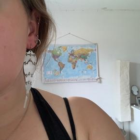 Sælger denne ene ørering fra Moss Copenhagen.