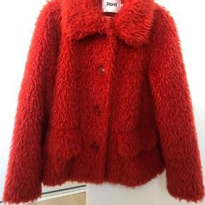 Sælger denne smukke STAND jakke i rød str. 36. Exklusiv fragt  Normal pris: 3.000 kr.  Skriv gerne for flere billeder
