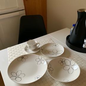 Kasse og spise stel.   Kaffestel til 8 personer dog de små tallerkner er der 12 af.  Samt 10 flade og 11 dybe tallerkner.   Der er slået et flid af 2 af dem.   20% rabat i uge 18 2019