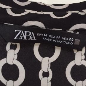 """Fin skjorte fra Zara uden brugsspor.  """"Trendsalesfund"""" den svarer til str 40 og derfor sælger jeg den videre, da den er for stor til mig."""