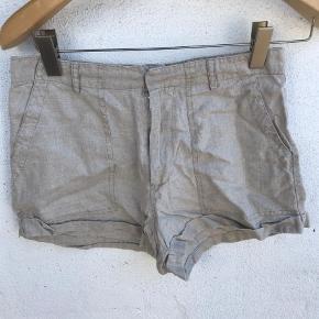 Varetype: Shorts Farve: Creme  Liv 38 cm