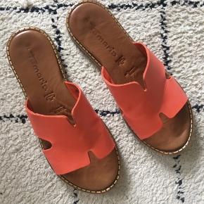 Brugt to gange. Fantastiske slippers fra Tamaris. Jeg har dem også i brun og må erkende, at de bliver brugt oftere.   Nypris 399,-  Mp 100 pp