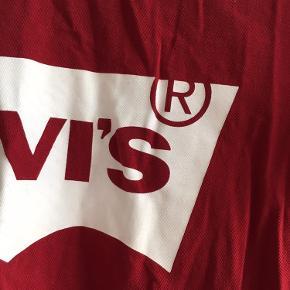 Dejlig rød Levi's T-shirt. Brugt en gang eller to. Den har den fineste røde farve, og mega cool til et par gode jeans 🍁