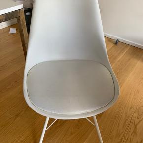 Sælger spisebord inklusiv 6 stole grundet  flytning. Spisebordet er fra ILVA, og de 6 stole er fra Jysk. Både bord og stole er 5 år gammelt, og begge dele bærer præg af, at det er godt brugt, især stolene som kan ses på billederne.  Nypris for bordet og stolene er 3000 kr. Sælges samlet for 500 kr.  Bud er også velkommen.