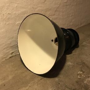 Stor og flot industrilampe. Formentlig sydeuropæisk, oprindelig købt som lampe, der har hængt på Napoli banegård. Højde ca. 80, diameter ca. 53.