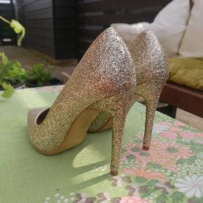 Super flotte guld sko, kun brugt 2 gange. STR. 4,5