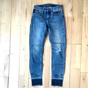Super cool CK jeans i forskellige nuancer. Str hedder w24 l32 og passer en xs perfekt. Modellen hedder Skinny ankle - mid rise. Med lommer for- og bagtil, kun brugt to gange. Nypris: 1200.  Materiale: 87% bomuld 12% polyester 1% elastan