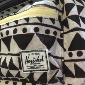 Herschel mavebælte/fannypack taske med sort og Hvidt mønster  Brugt men i rigtig god stand  BYD