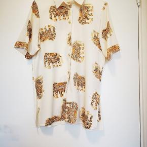 En skøn vintage skjorte med smukkevperleknapper. Fremstår som ny. Ses her på en S.