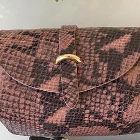 Virkelig sød taske med aftagelig skulderrem sælges. Python præget. Remmen kan også tages af, så den kan bruges som clutch. Tasken er helt ny og har aldrig været brugt. Det er ægte skind. Nypris kr 599.  Sender gerne mod porto.