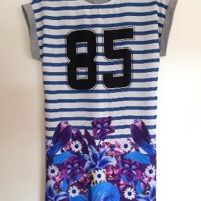 Skøn tunika/kjole aldrig brugt. Størrelse hedder XS men passes godt til S/M. Sender gerne og hurtig 🚀📬