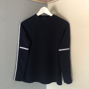 Sødt sæt i mørkeblå, med hvide stribe på siderne (både trøje og bukser) fra SisterS point.  Trøje - xs  Bukser - s Begge dele kan strækkes, så det er intet problem er trøjen er en smule mindre.  150 kr + fragt