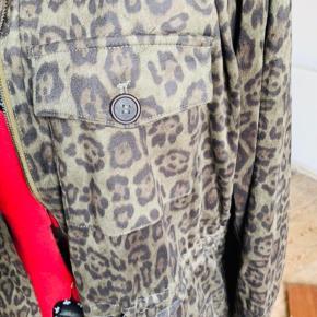 Varetype: NY jakke, army/camouflage stil Størrelse: UK24 (52) Farve: army (se) Oprindelig købspris: 1600 kr.  Rigtig flot overgangsjakke fra AS, materiale 100% polyester.   Desværre købt for stor, og må sælges.  I army / camouflage look.  Fra armhule til armhule ca. 70 cm (x2). Længde målt midt bag ca. 80 cm.  Stadig med label. Aldrig brugt.  Jakken kan snøres ind i talje, og har mange god lommer.  Lukkes med lynlås.