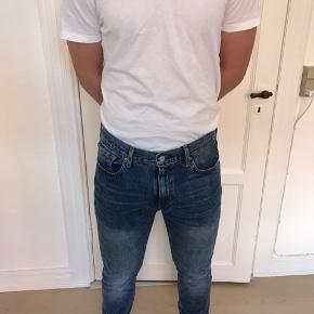 Helt nye Levi's bukser model 512. Størrelse W33 og L34. De er aldrig taget i brug. Prismærket er kun lige klippet af.   Sælges kun fordi, at min kæreste ikke helt kan passe dem alligevel.