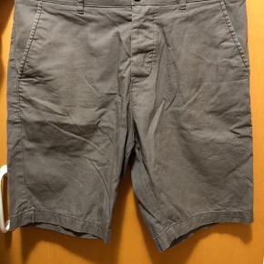 Grå H&M shorts i 100% Bomuld i str. 28 - 25 kr.  Hvis du er interesseret kan nedenstående købes sammen med denne skjorte til en samlet pris på 200 kr. (Se mine andre annoncer for billeder)   Lyseblå H&M skjorte i 100% Bomuld str. Small - 50 kr.  Grå Bertoni skjorte i 60% Polyester og 40% Bomuld str. 38 - 75 kr.  Blå Project 11 skjorte i 60% Bomuld og 40% Polyester str. Small - 75 kr. Sand H&M shorts i 100% Bomuld i str. 28 - 25 kr.  Alle skjorter kan bruges til hverdag, men også til fest med et par fine bukser og et par pæne sko.   Ved forsendelse betaler KØBER porto :-)