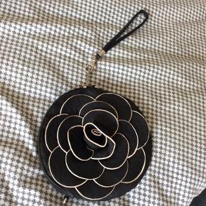 Sød lille rose-taske. Kan bruges både til hånden, men kan også sættes forlænger på til skulderen😉