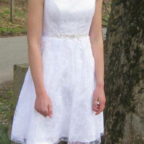 Blonde kjole med perle besat bælte. Købe ved Askepot og Valentino.  Brugt en gang. Ny pris 3200 kr. Str. 36