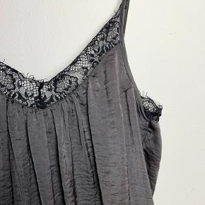 Neo Noir grå/sort blondetop i polyester.