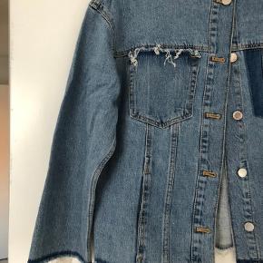 Virkelig fed denimjakke fra Zara :) det er en str. xs, men den er oversize og passer en str. m - BYD gerne