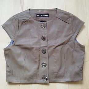 Mærke: Broch Leather Str. 36  Kort lille lysebrun jakke i ægte læder Læderjakke lavet i lammeskind  Brun lædervest