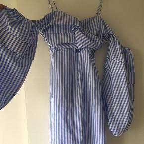 Rigtig cute kjole med kombi af bare skulder og puf ærmer. Aldrig brugt og med prisskilt