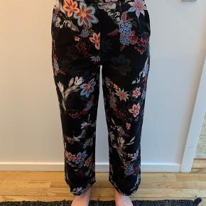 Fine bukser fra H&M. Har været brugt ca. 5 gange.