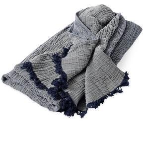 HAY crincle plaid i navy blå. Super fint at bruge som sengetæppe!  Bud ønskes