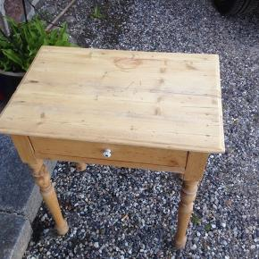 Fint lille fyrretræsbord med skuffe.  Afsyret i pæn stand.  H 63 L 58 D 39 cm.