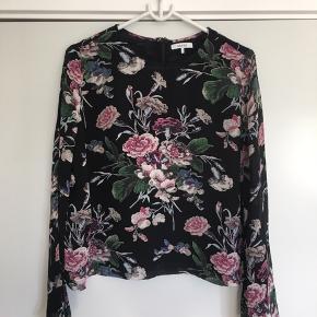 Sort bluse med blomsterprint fra Ganni. Blusen er en str. XL og passer en størrelse 40 eller 42. Den er brugt et par gange, men den har ikke tegn på slid eller andet 😊